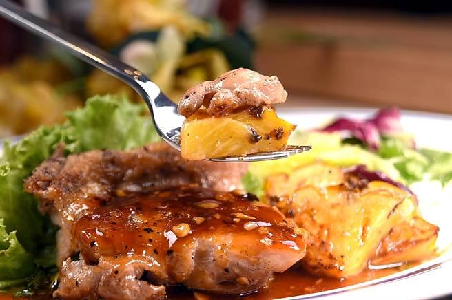 〈Eggs'n Things 〉的〈夏威夷烤雞〉,是用鳳梨醬搭配帶皮烤鳳梨為帶皮烤雞腿提味,酸酸甜甜的味道很討好開胃。(攝影/姚舜)