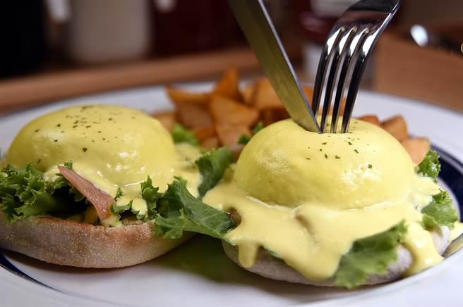 Eggs'n Things〉的〈班尼迪克蛋〉,形色味皆很誘人,一刀劃開,鮮黃蛋液會爆漿流出。(攝影/姚舜)