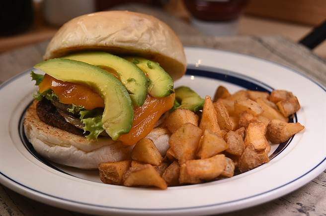 〈酪梨起士堡〉的巧達起司味道香濃,用日式照燒醬提味的牛肉漢堡排味道很適合東方人。(攝影/姚舜)