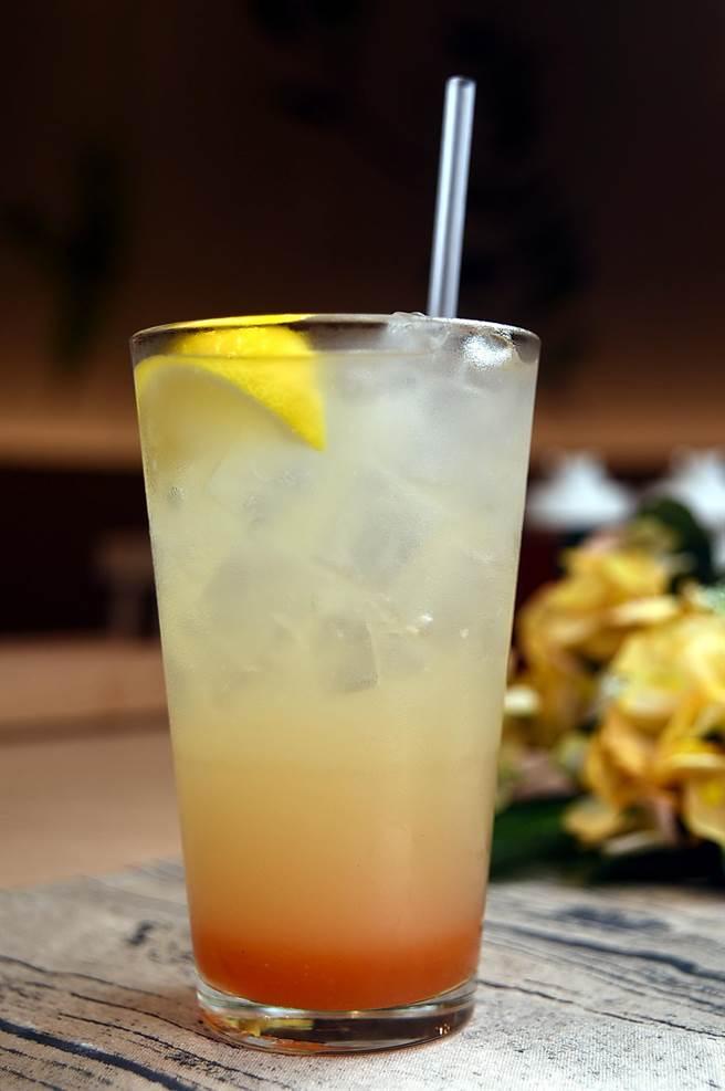 〈蜜桃蜂蜜檸檬汁〉是用香甜桃濃厚水蜜桃與溫潤蜂蜜,搭配檸檬激發出酸甜好滋味。(攝影/姚舜)