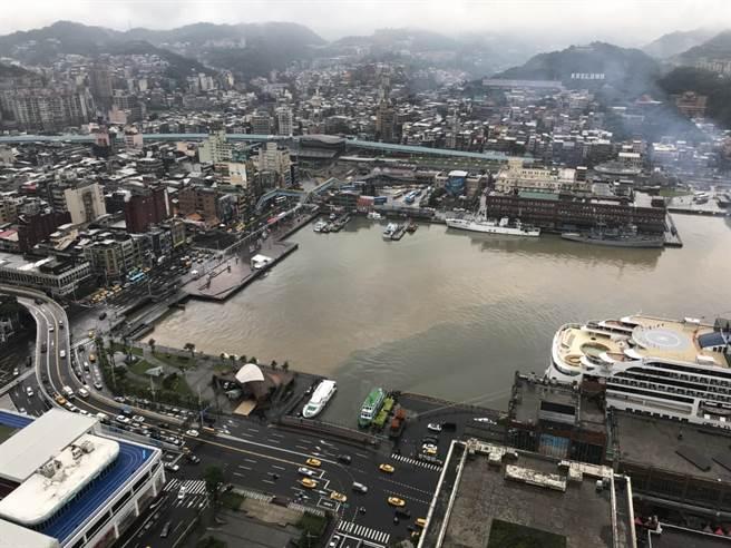 大雨袭来,基隆港区出现大片黄色泥沙,惊见「阴阳港」现象。(张颖齐摄)