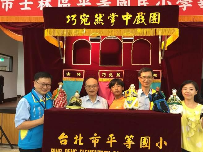 曾燦金局長(左二)、吳清山理事長(右二)和學童共同演出掌中戲。(圖/111教育發展協進會提供)