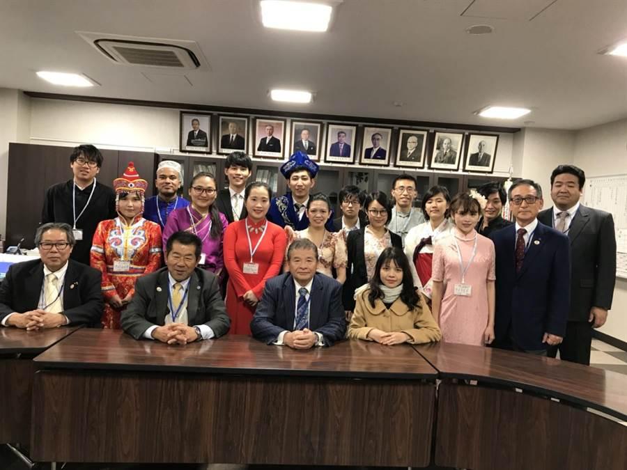 大葉大學應日系學生林家民(後排左一)在日本遇到來自世界各地的學生,開拓了 文化視野。(謝瓊雲翻攝)