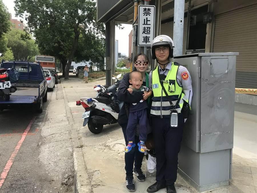 热爱台中的简女,带着3岁儿子从北部骑机车到台中旅游,途中机车爆胎,幸经台中市员警伸援手,顺利完成250公里旅行。(卢金足翻摄)