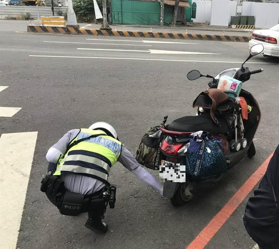 热爱台中的简女,带着3岁儿子从北部骑机车到台中旅游,途中机车爆胎,幸经中市员警伸援手,顺利完成250公里旅行。(卢金足翻摄)