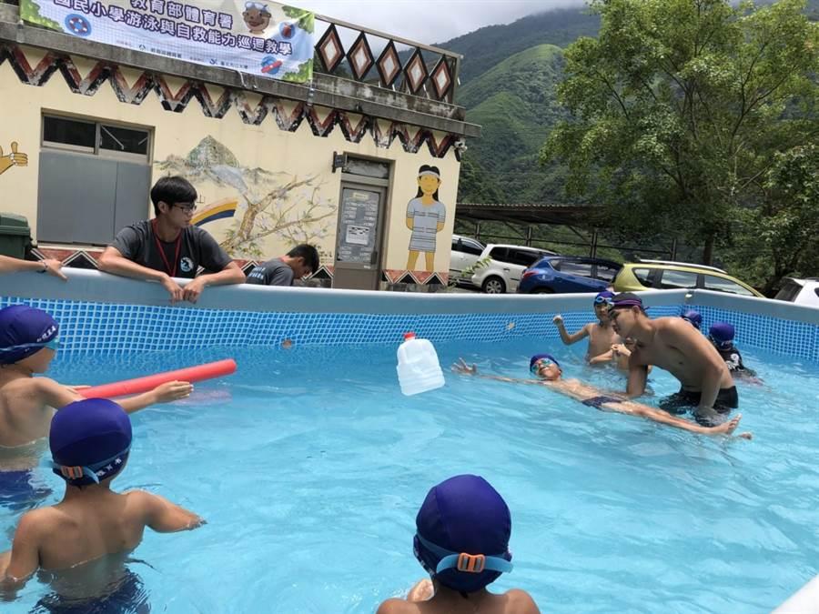 新竹县明新科大学生将游泳池「扛」上山,教尖石玉峰国小学生学游泳。(校方提供)