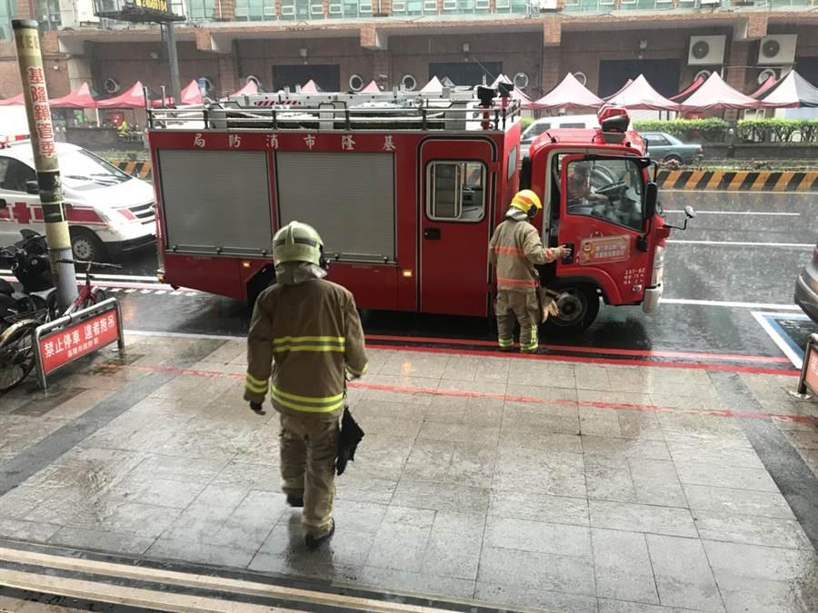 基隆市政府稍早有1名女子受困电梯,消防队获报赶来时已经脱困。(张颖齐摄)