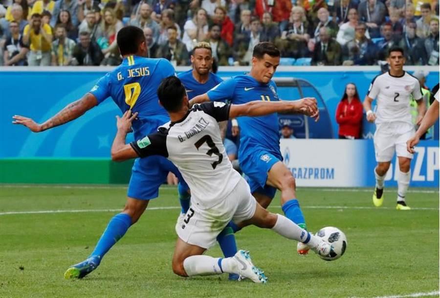 巴西中場庫提紐(右)在補時階段踢開哥斯大黎加大門。(路透)