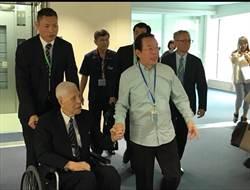 谢长廷脸书po照95岁李登辉抵冲绳 民眾摇日本国旗相迎