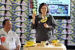 小英赴旗山關心蕉價 獲贈香蕉味「小英乖乖」笑開懷