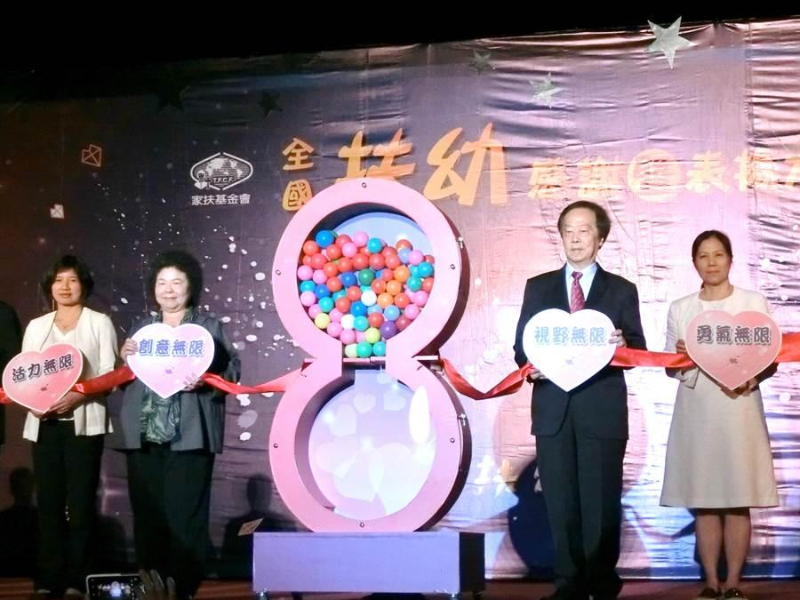 總統府秘書長陳菊(左二)23日出席「全國扶幼感謝暨表揚大會」,向持續40年、30年、20年、10年長期付出愛心的認養人和企業、團體、楷模表達感謝與致敬。(盧金足攝)