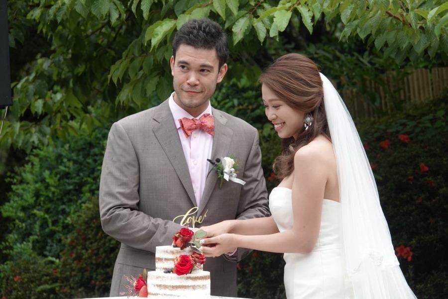 麥班達與愛妻一起切結婚蛋糕。(璞園公關提供)