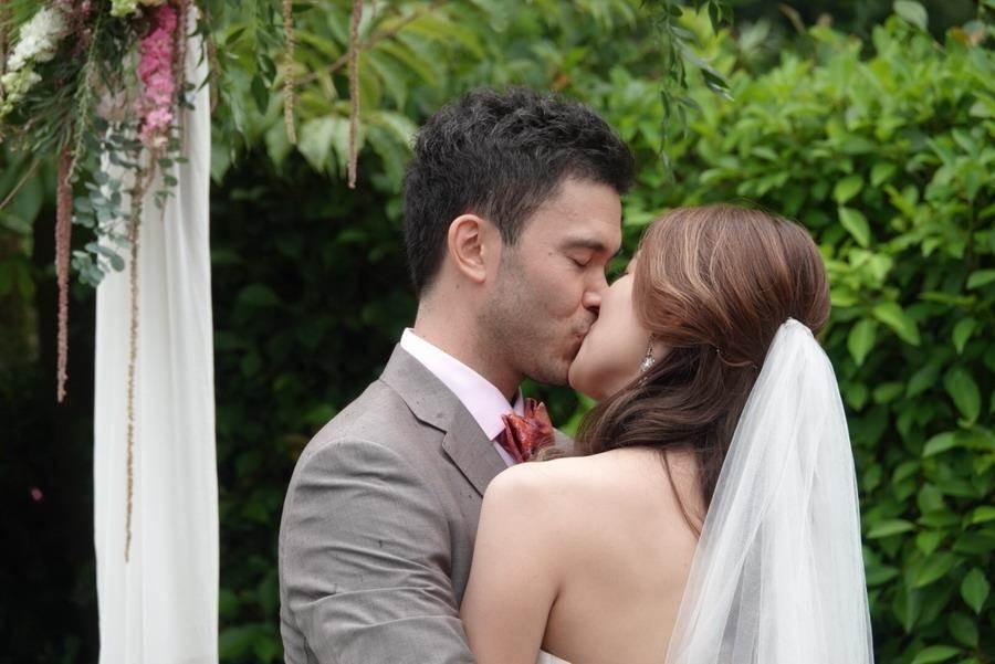 麥班達跟妻子恩愛接吻。(璞園公關提供)