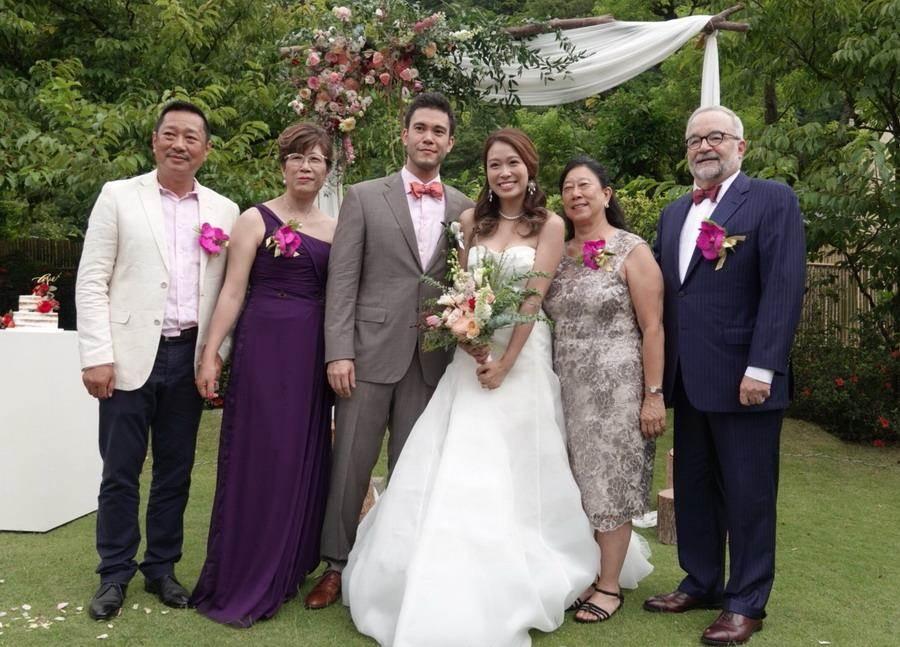 麥班達的雙親也從美國飛來參加婚宴。(璞園公關提供)