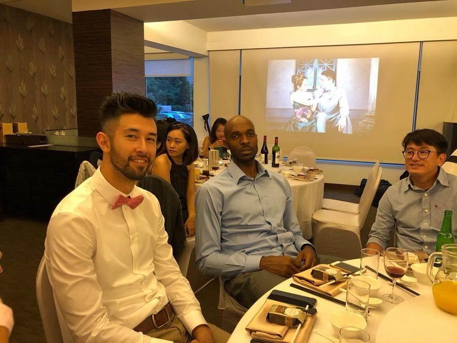 簡浩(左)、戴維斯也都出席麥班達婚宴。(璞園公關提供)