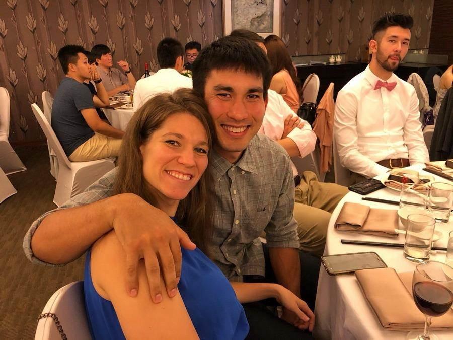 陳堅恩帶著妻子出席,重點是後面簡浩的表情!(璞園公關提供)