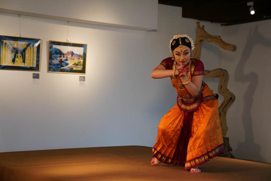 世界宗教博物館「生命和平多元空間」23日開幕,日本舞者 Erina Kasa帶來精彩的印度舞「祈願平安」表演。(世界宗教博物館提供)