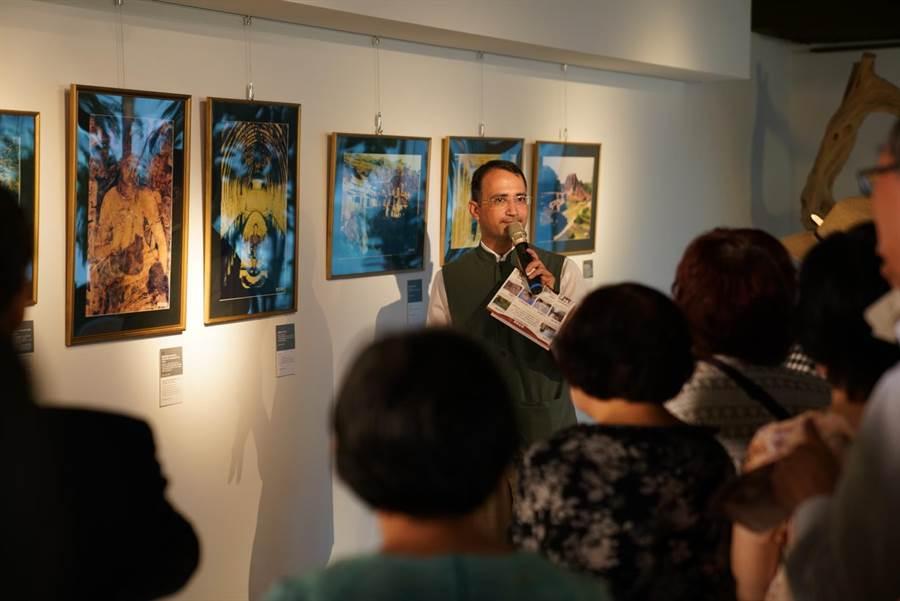 印度台北協會副會長賈旭明帶領民眾導賞「慈悲之路:佛教聖地和藝術遺產—本諾伊‧貝爾攝影展」。(世界宗教博物館提供)