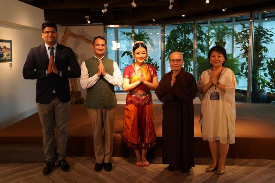 世界宗教博物館「生命和平多元空間」開幕,執行長了意法師(右二)與貴賓合影。(世界宗教博物館提供)