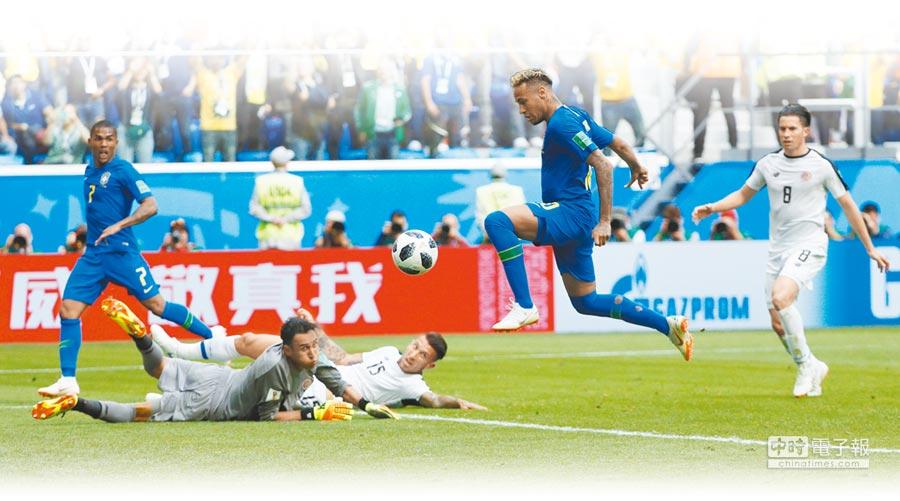 巴西球星內馬(右二)在終場前錦上添花,助森巴軍團2比0鎖定勝局。(路透)