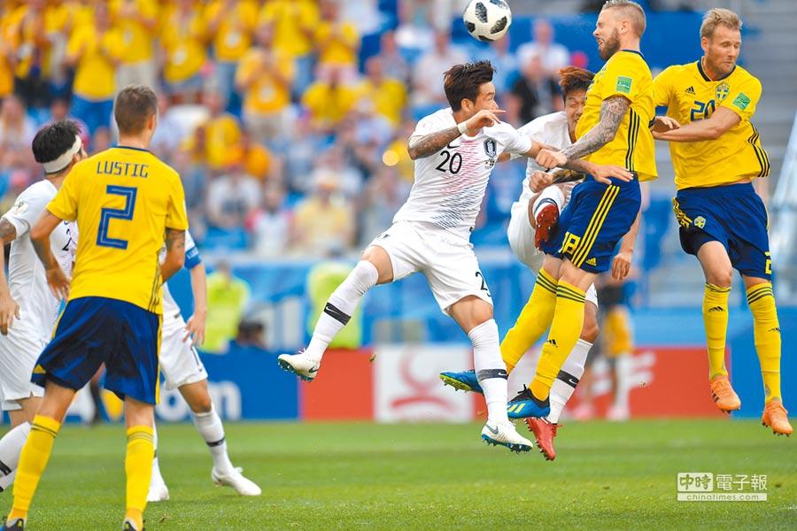 6月18日,裁判透過VAR技術判罰的點球,讓瑞典隊1:0擊敗南韓。(中新社)