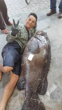 定置漁網拆網前 捕獲72公斤龍膽石斑