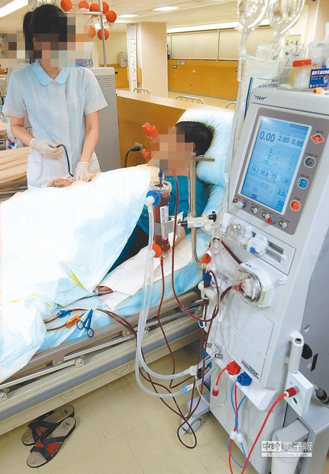 台大醫院加護病房醫護人員在替患者洗腎時,疑因標示不清,將原本應接RO逆滲透水的孔洞,接到一般的自來水。圖為患者洗腎示意畫面,地點、人物皆非新聞事件當事人。(本報資料照片)