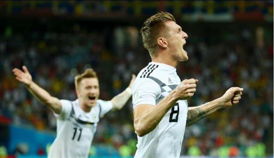 克羅斯在全場補時最後一分鐘踢進致勝自由球,興奮的狂吼慶祝。(路透)