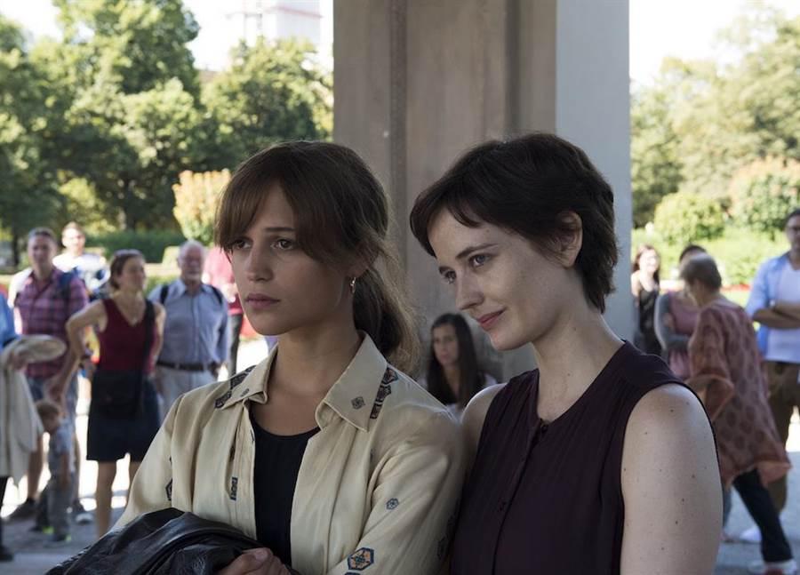 艾莉西亞維坎德(左)與伊娃葛林在《親愛的再見》飾演姐妹。(北影提供)
