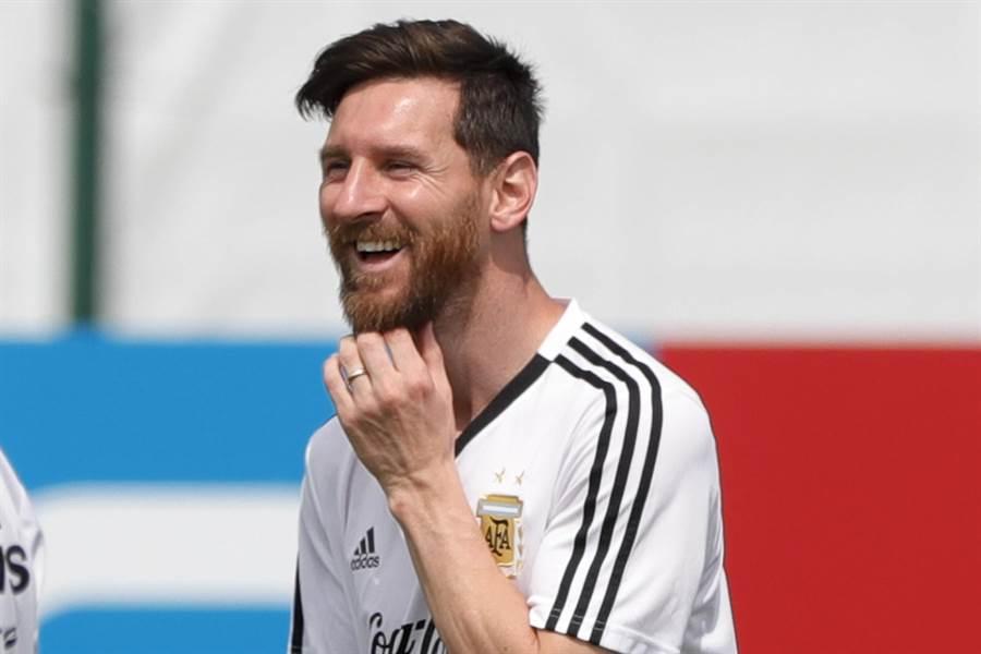 梅西在6月24日歡慶31歲生日,練球時笑容滿面。(美聯社)