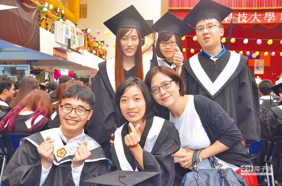 越南籍學生阮氏銀(前排中),剛就讀健行科大時,一度因為不會中文,想要放棄學業,但在她的堅持下,23日從學校畢業,自己也相當開心。(賴佑維攝)