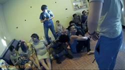 11名逃逸移工藏民宅  3對情侶夫妻帶男嬰宛如印尼村