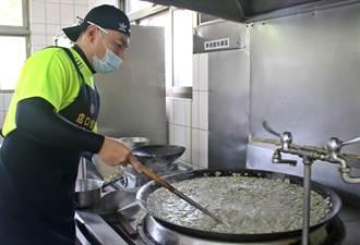 大坑魚丸伯與志工團隊義煮 讓北中寮3所小學212位學童受惠