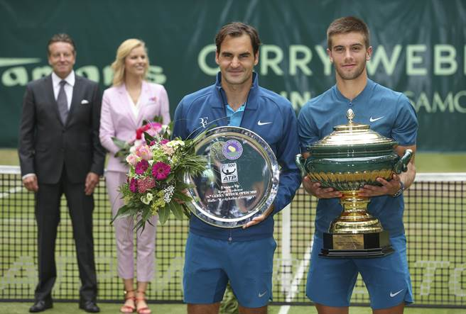 克羅埃西亞21歲年輕好手柯里奇(右一),在哈雷網球公開賽擊敗兒時偶像費德勒(右二),拿下個人生涯第一座草地賽事冠軍。(美聯社)