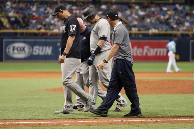 桑契斯(中)10上跑壘傷到鼠蹊部,提前退場休息。(美聯社)
