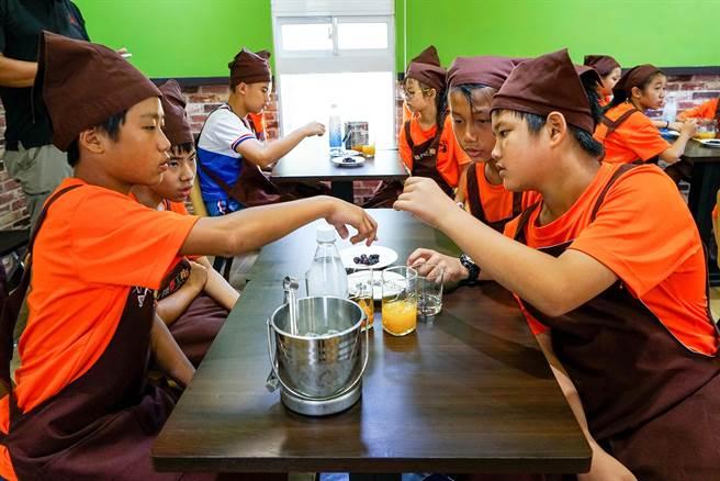學生在餐旅群教室中學習調製創意飲品。(李忠一攝)