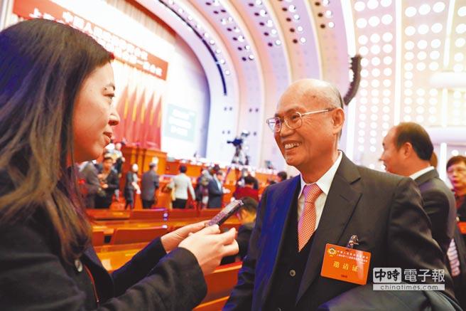 1月22日,上海市政協會議開幕式,台商(右)應邀出席並接受採訪。(中新社)