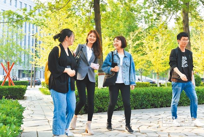 台青(左2)在河北石家莊任教,能力優秀成為網紅美女老師。(中新社資料照片)