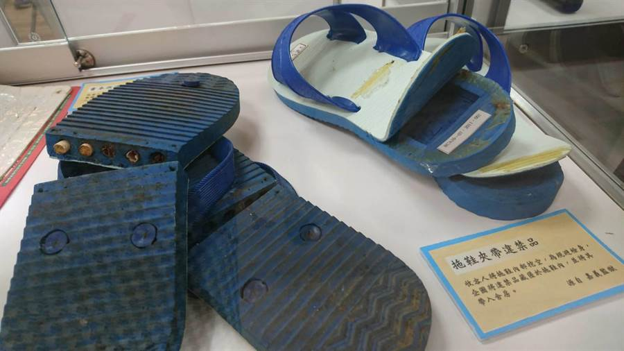 獄政文物中有過去曾查獲受刑人,將拖鞋底挖空藏放違禁品。(陳淑芬攝)