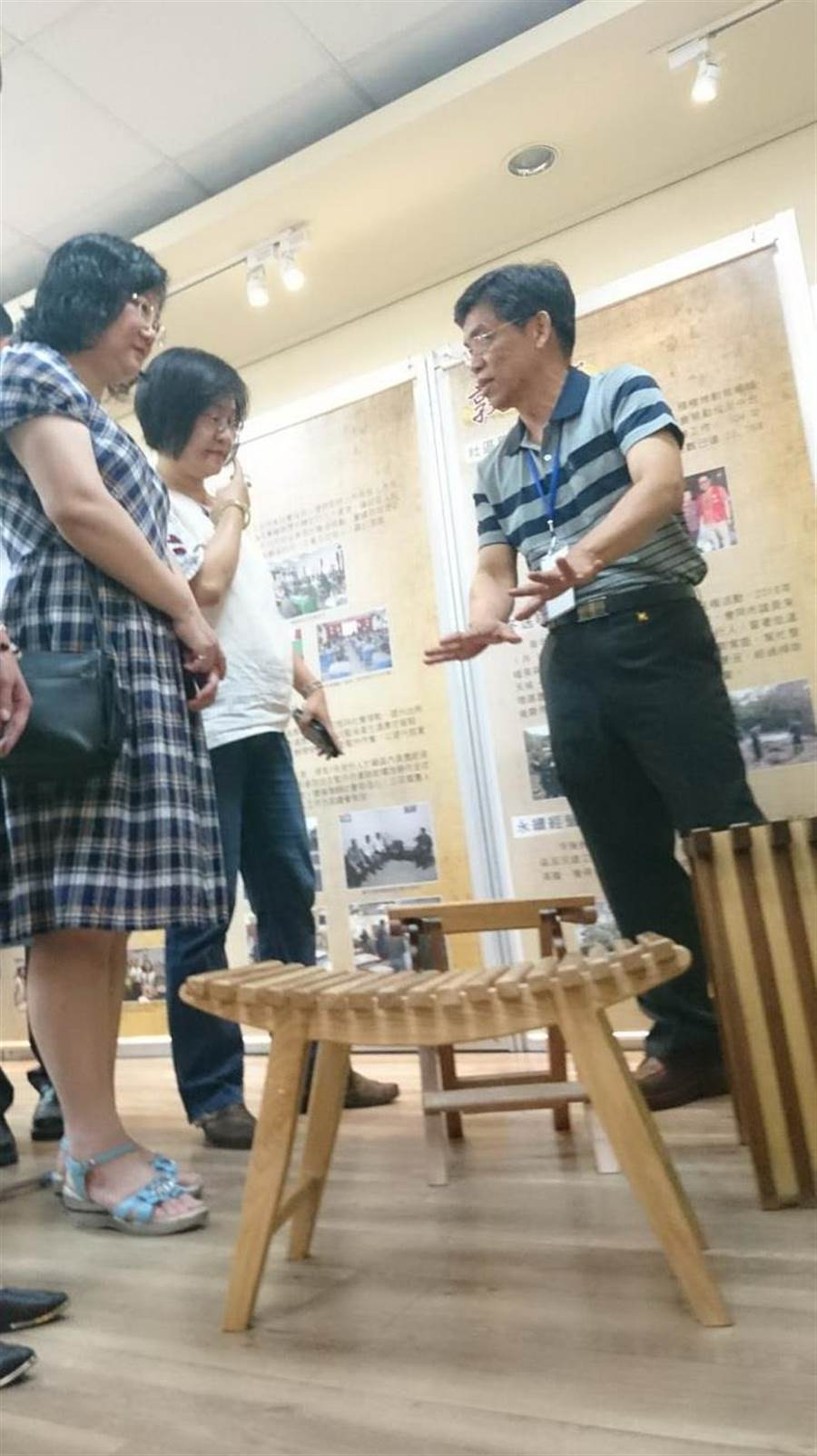 台中看守所教化工場木工班手工製作木椅,造型亮麗頗受市場喜愛。(陳淑芬攝)