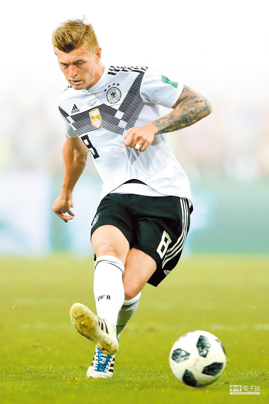 德國隊克羅斯在比賽結束前獲得踢自由球的機會,球隨即破網絕殺瑞典,為德國保住晉級機會。(法新社)