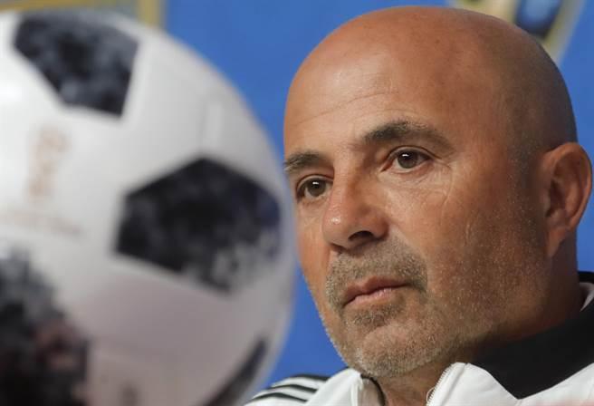阿根廷總教練桑保利認為,必須要在最後一場小組賽,讓當家球星梅西有更多持球機會。(美聯社)