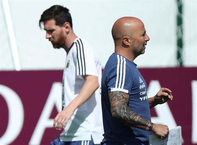 阿根廷這次世界盃內憂外患,屢傳球隊之間總教練桑保利(右)被架空,與球員相處不融洽,使得這張桑保利和梅西面向不同方向的照片,看起來更有一種各走各的路的感覺。(路透資料照