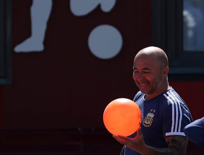 阿根廷總教練桑保利面隊球隊危機仍保持信心,表示阿根廷要展開新的世界盃,接下來每場比賽都是決賽。(路透資料照)