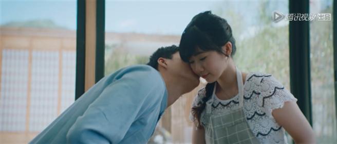 江宏傑甜蜜親吻老婆。(圖/騰訊綜藝)