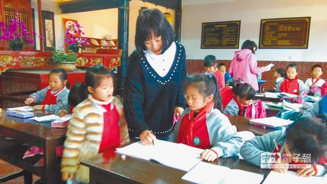 首位台胞社區主任助理李佩珍協助廈門海滄區,將舊祠堂改成書院,作為小學生課後輔導場地。(記者洪肇君攝)