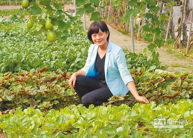 台胞社區主任助理李佩珍,巡視所輔導的農園。(記者陳君碩攝)
