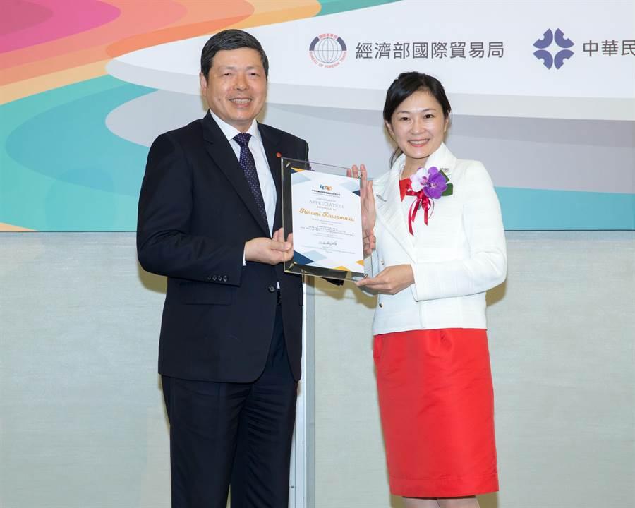 展覽會議公會理事長葉明水致贈感謝狀予東京奧委會公關總監河村裕美。圖:貿協提供