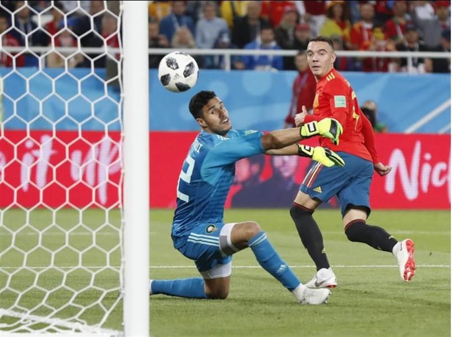 西班牙替補前鋒阿斯帕斯(右)終場前以右腳勾進精彩的腳後跟進球,原本裁判吹判越位在先,經VAR檢視改判進球有效,讓西班牙戰平摩洛哥。(美聯社)