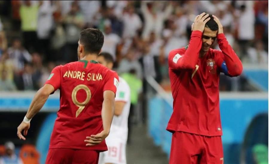 葡萄牙隊長C.羅納多(右)罰丟12碼球後懊惱抱頭。(路透)
